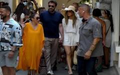 Jennifer Lopez y Ben Affleck pasean de la mano en paradisíaca isla italiana