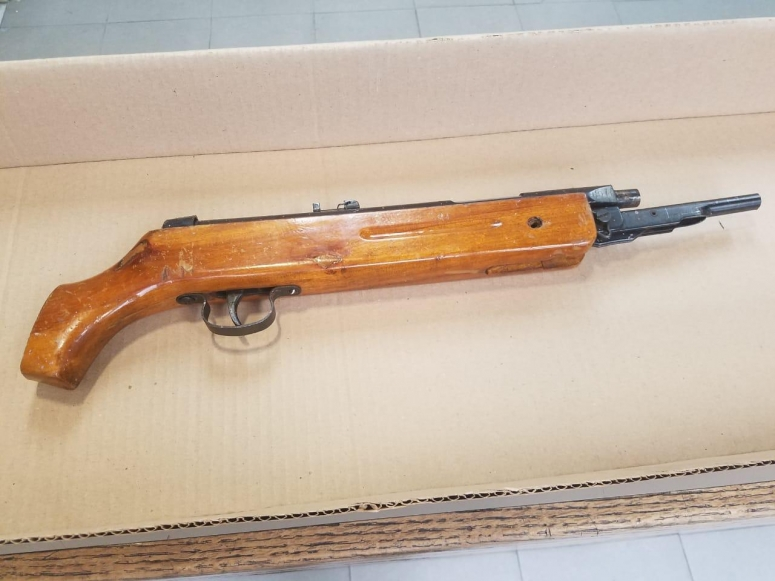 Arrestan a individuo rifle calibre 22